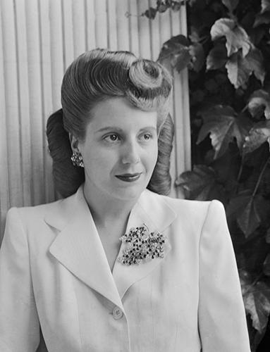 Evita Peron posant vêtue d'un blaser blanc.