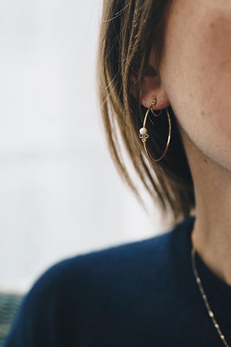 Boucles d'oreilles en or recyclé créés par Enora Antoine.