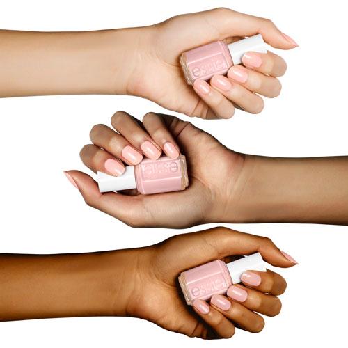 Skinny Dip est une teinte de vernis à ongles Essie qui convient à toutes les carnations. Idéale pour un mariage.