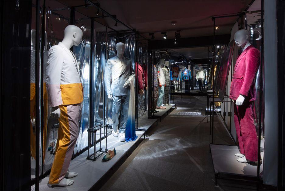 allée avec plusieurs mannequins portant des vêtements de designers
