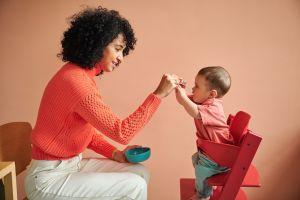 maman qui donne à manger à son bébé