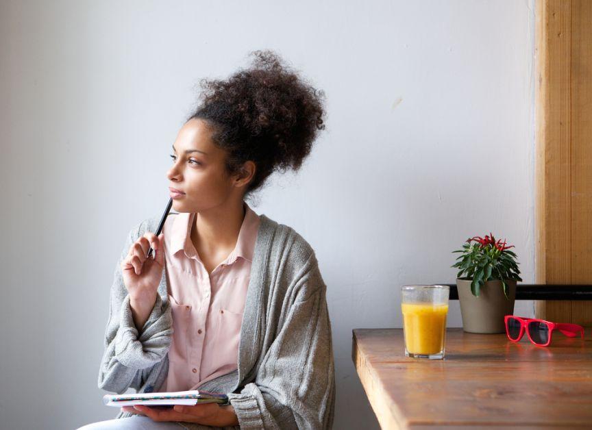 femme avec un carnet qui pense