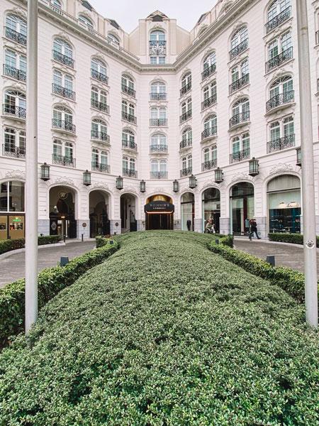 Photo de l'entrée de l'hôtel bruxellois du Steigenberger Witcher's.