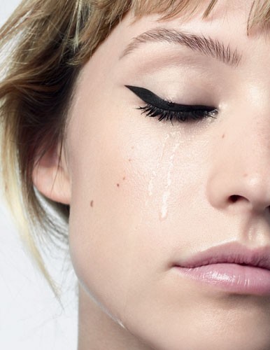 Angèle égérie de la campagne Yeux 2021 signée Chanel.