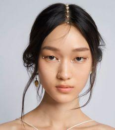 Comment reproduire le maquillage emblématique du défilé Croisière 2022 de Dior ?