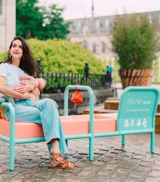 Un tout premier banc d'allaitement est installé en pleine rue en Belgique