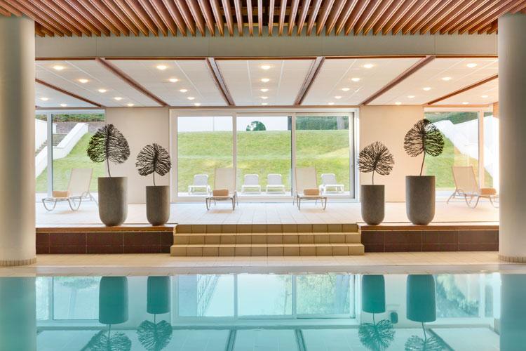 La piscine intérieure de l'espace wellness du spa.