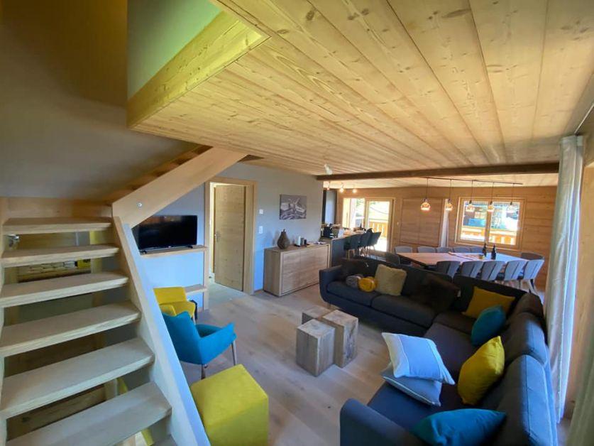 Une chaise sur le toit – Chalet suisse
