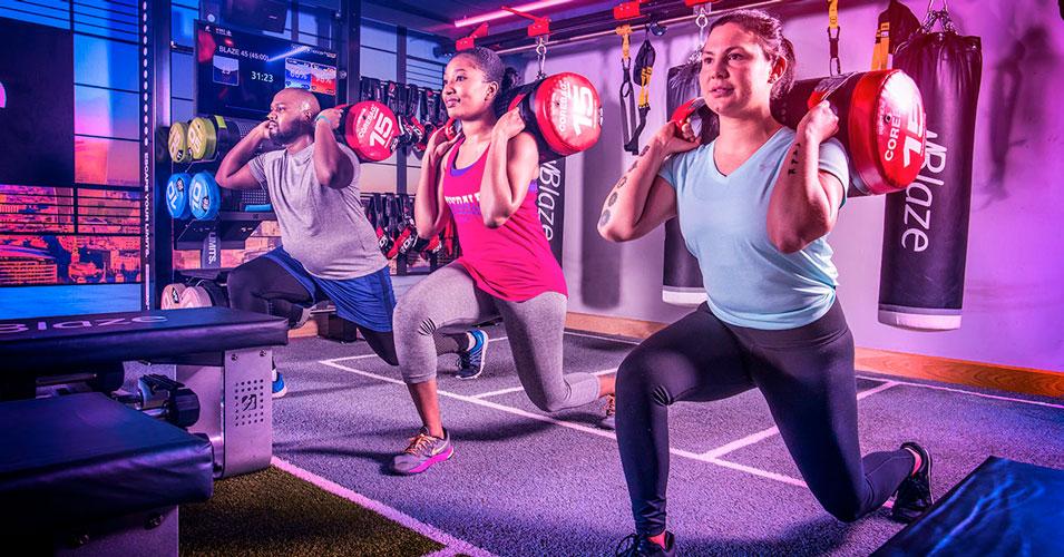 Exercice de renforcement musculaire pratiqué pendant un cours de Blaze au David Lloyd.