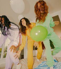 Sarenza x Sisters Astro : des joggings comfy et colorés pour tous les signes astro