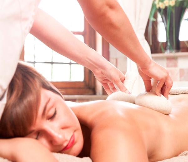 GETEST: massage met kokosstempels bij Thermae Grimbergen