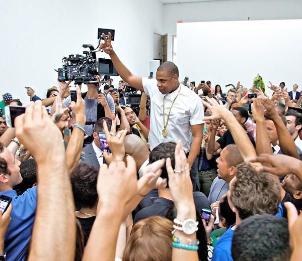 Jay Z rapt met kleindochter van Picasso in nieuwe clip