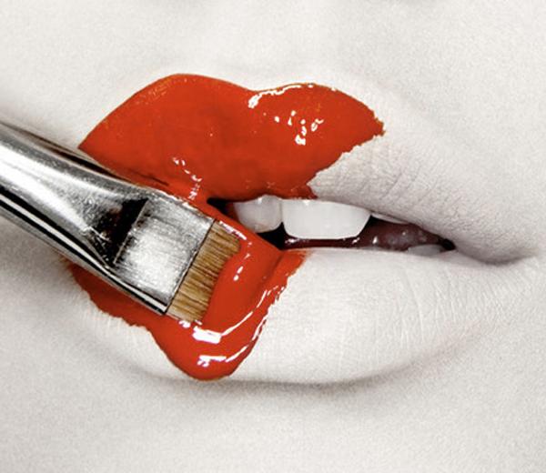 Waarom je maar beter in rode lipstick investeert