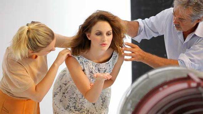 Leighton in actie op de set van Naf Naf