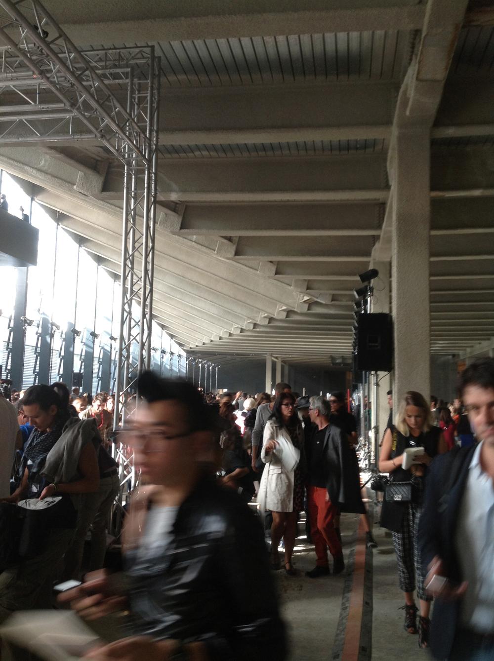 et défilé werd gelopen in de kelder van een Milanees gebouw in heropbouw.