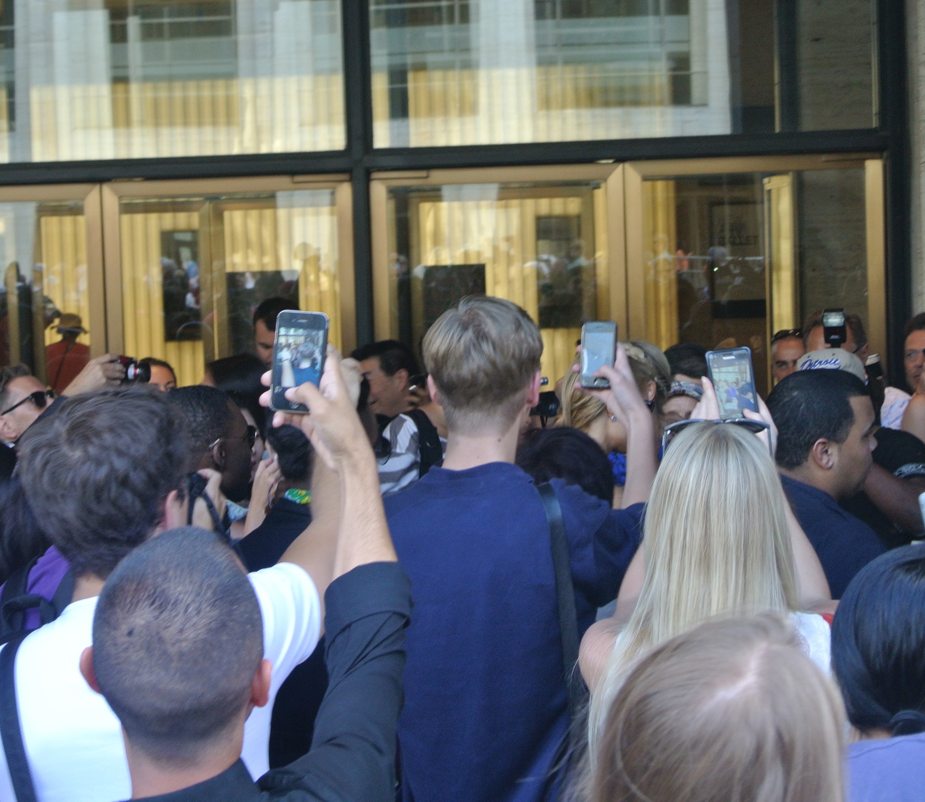 Paris Hilton arriveert in New York