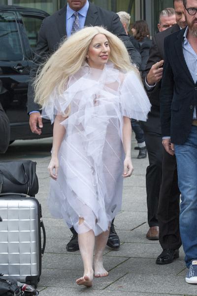 lady gaga im transparenten kleid in berlin