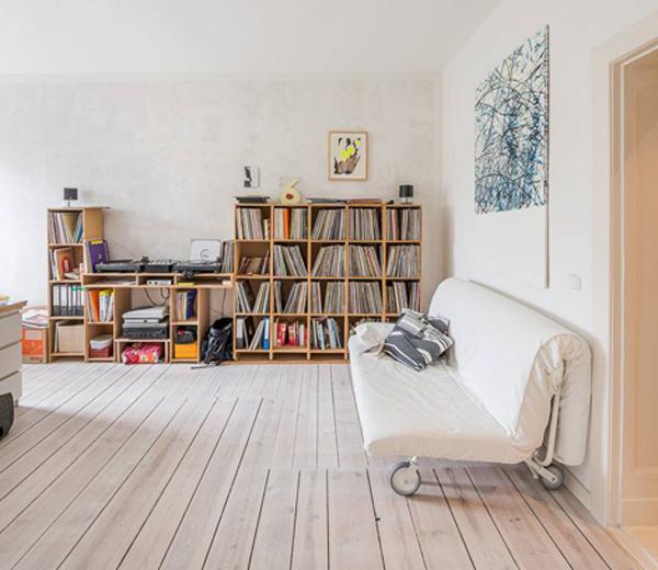 BINNENKIJKEN. Berlijns appartement met kleuraccenten