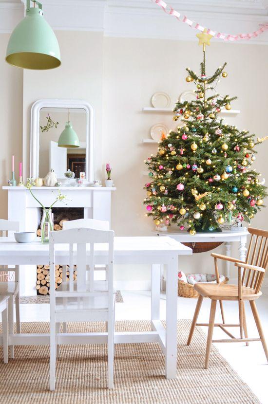 BINNENKIJKEN. Een kerstfeest in wit, pastel en goud