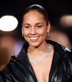 Wat zit er in de make-uptas van… Alicia Keys?