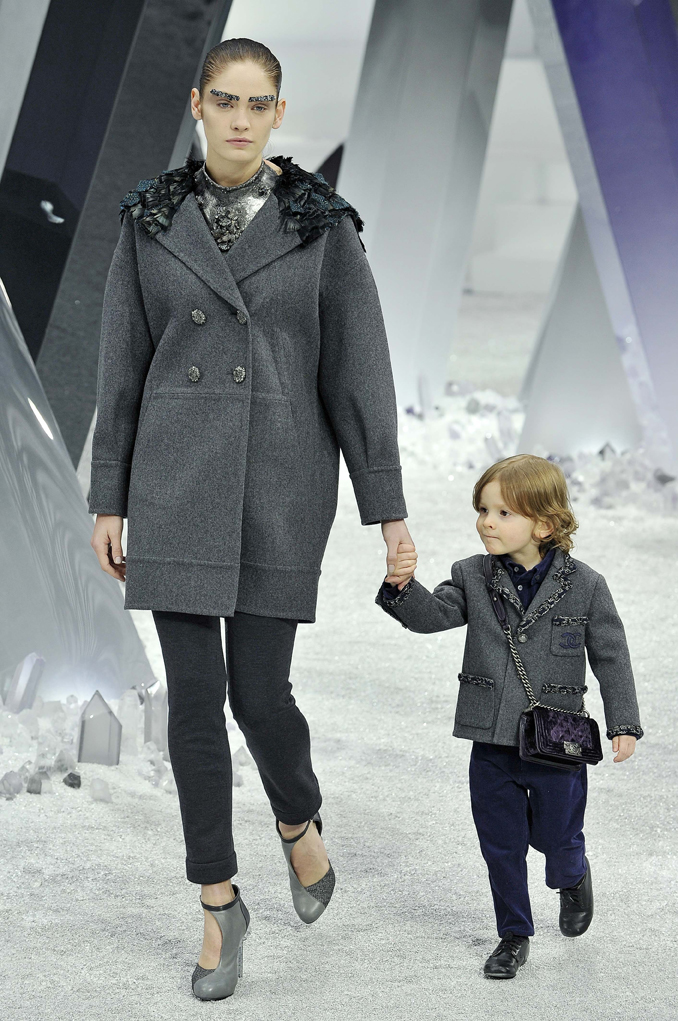 chanel modenschauparis fashion week: model heidi mount und minimodel hudson kroenig auf dem laufsteg bei der chanel modenschau