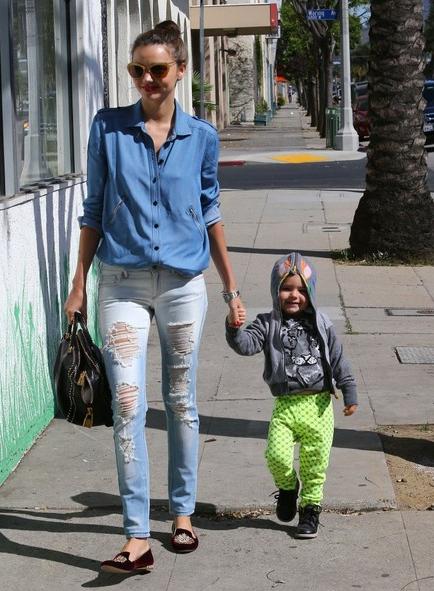 Relaxt met gescheurde jeans zoals Miranda Kerr