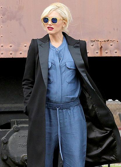 Verstopt onder een cape jas net als Gwen Stefani