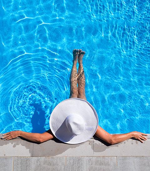 Lazy Workout: zes eenvoudige oefeningen in het zwembad