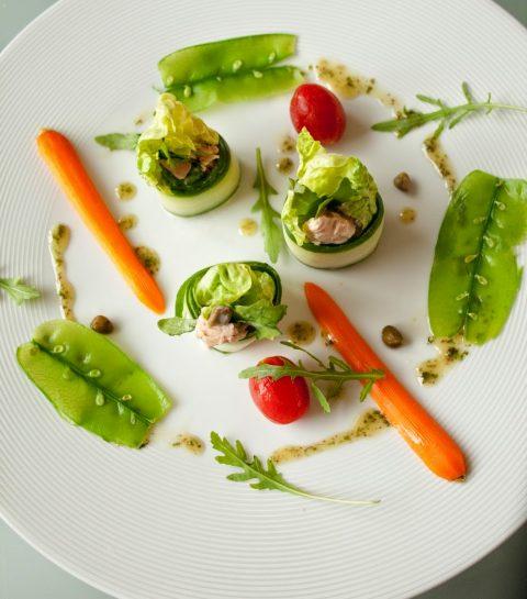 Komkommer-tonijnrolletjes met groentensalade
