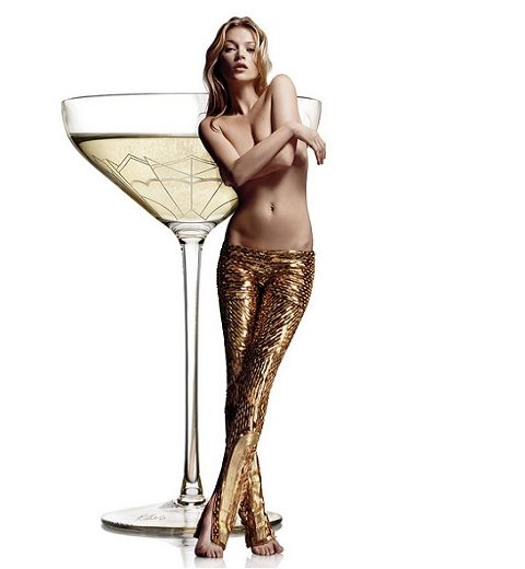 Champagneglas gemaakt van linkerborst Kate Moss