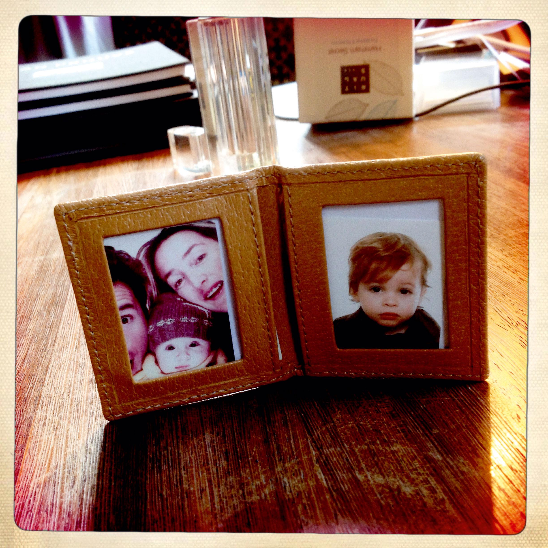 Familiefoto's op het buro van Esfan