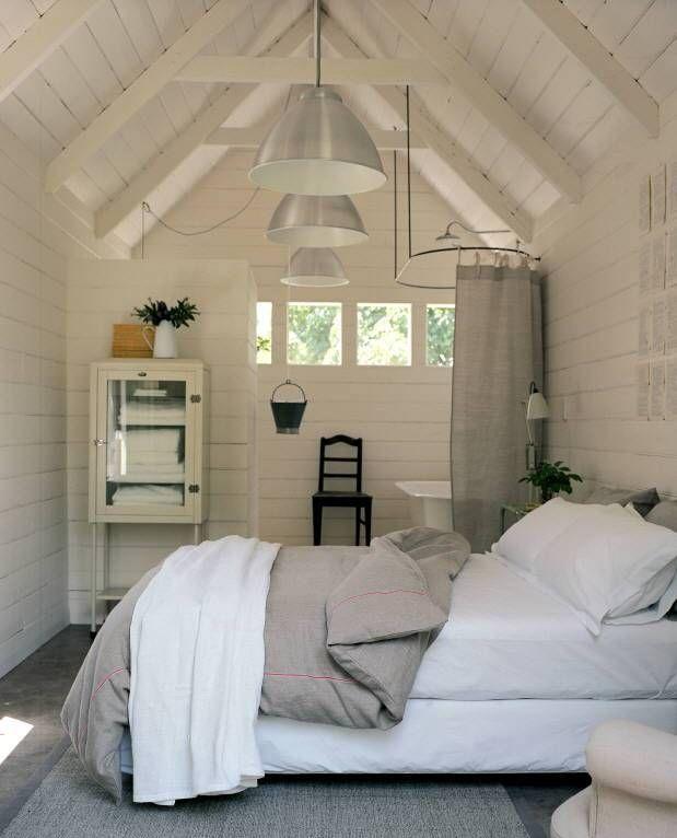 Als je kamer aan de kleine kant is, zal een beetje rommel al snel druk ...