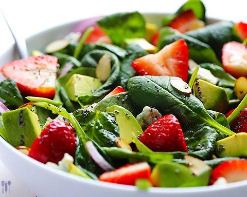 Slaatje van aardbei, avocado en babyspinazie