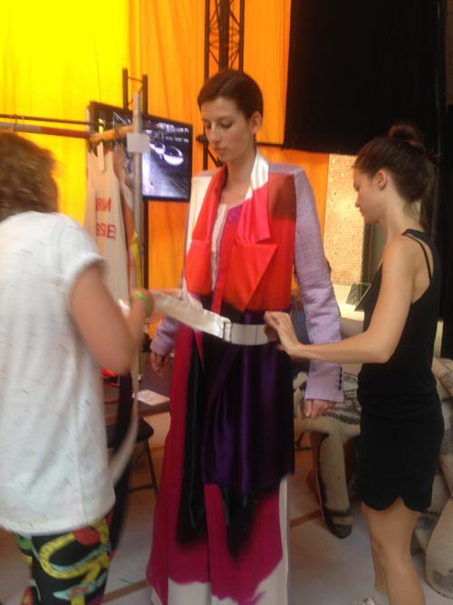 10. Backstage met Miriam Laubscher, naam collectie 'Yellow, red and blue' (masterstudent). Miriam Laubscher is het meisje in de zwarte outfit.