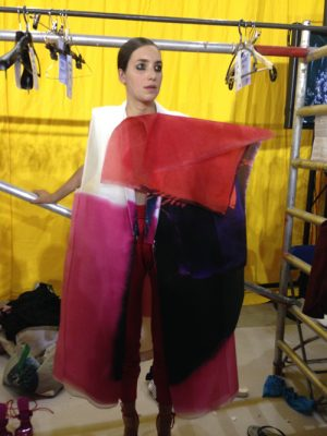 9. Backstage met Miriam Laubscher, naam collectie 'Yellow, red and blue' (masterstudent). Het is ook de jurk op de affiche