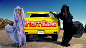 Lady Gaga en Beyoncé in de video voor 'Telephone', allebei in ontwerpen van Emilie Pirlot