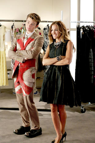 "GLEE: Kurt (Chris Colfer, L) interns at Vogue.com with Isabelle Klempt (guest star Sarah Jessica Parker, R) in the ""Makeover"" episode of GLEE airing Thursday, Sept. 27 (9:00-10:00 PM ET/PT) on FOX. ©2012 Fox Broadcasting Co. Cr: Mike Yarish/FOX"