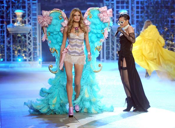 Rihanna-2012-Victoria-Secret-Fashion-Show-NAQ08pGjp7yl