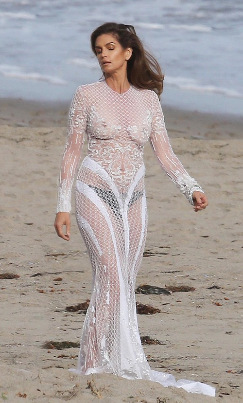 26EB3AAF00000578-3007797-She_s_still_got_it_Cindy_Crawford_flaunted_her_amazing_figure_in-a-6_1427208128125