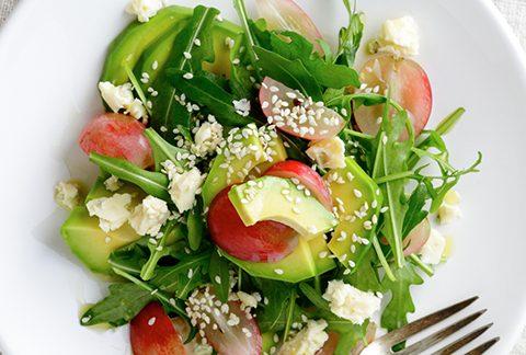 Salade met avocado en parmezaan