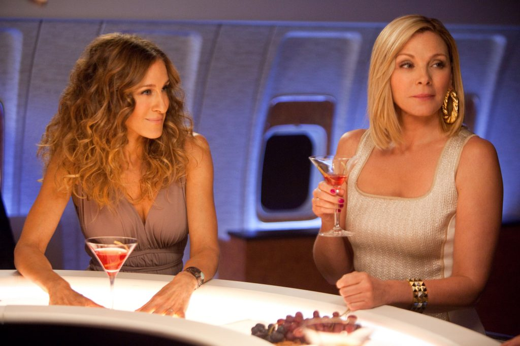 (L-r) SARAH JESSICA PARKER as Carrie Bradshaw and KIM CATTRALL as Samantha Jones in New Line CinemaÕs comedy ÒSEX AND THE CITY 2,Ó a Warner Bros. Pictures release.