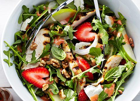 Salade met aardbei en kip