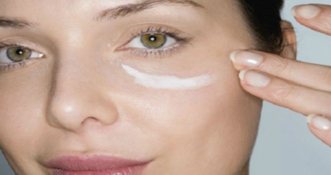 Put-Some-Baking-Soda-Under-Eye-And-See-The-Miracle