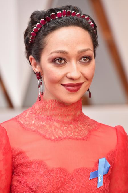 Oscars 2017 Ruth Negga Valentino red carpet blue ribbon blauw lintje