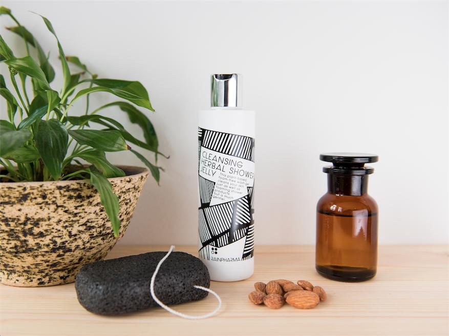 De natuurlijke 'Liu's Magic' spons voor gelaat en lichaam (15,95€) en de plantaardige herbal cleansing douche gel (29,95€)