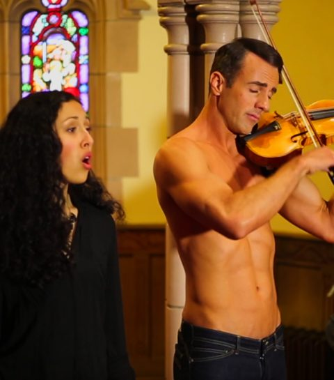 Laat alles vallen: hier is The Shirtless Violinist