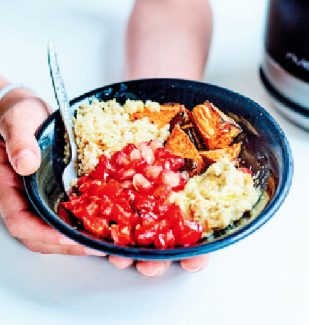 Buddha bowl met zoete aardappel, zoetzure paprika en quinoa