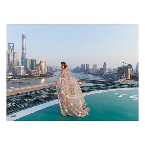 Emma op de première in Shanghai in een Elie Saab jurk gemaakt van stofoverschot van vorige collecties.