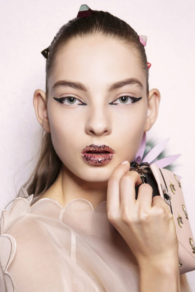 Fendi-glitter-lips-lippen-backstage-make-up-Paris-Parijs-fashion-week