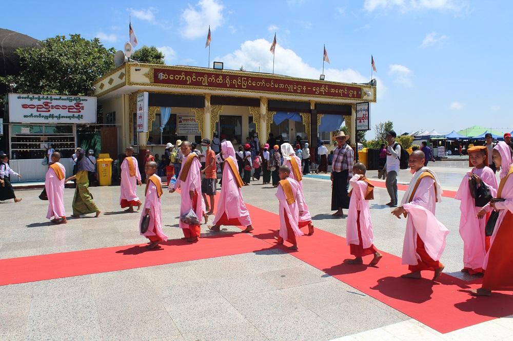 Nonnen in hun roze gewaden.